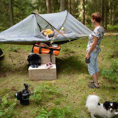 Yrittäjä Kirsi Viitala herätelee teltassa nukkuneita asiakkaita.