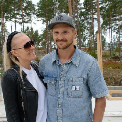 Emmi Pärni ja Sami Lehtinen rakentavat betonitaloa Naantalin asuntomessuille.