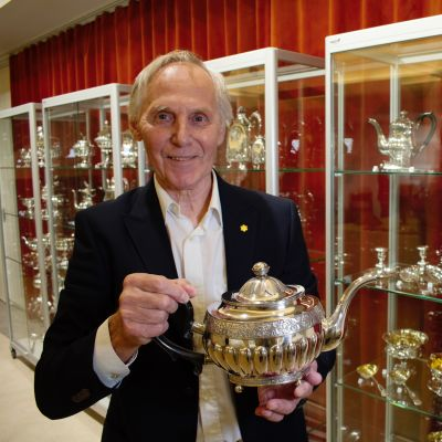 Pentti Siivonen esittelee Uudessakaupungissa tehtyä hopeakannua.