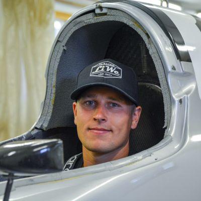 Alexander Lindholm sitter i cockpiten i sin gråa formel 4 racerbåt.
