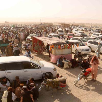Pakistanin vastaisella rajalla oli runsaasti jumissa tänään afganistanilaisia sen jälkeen, kun talibanit olivat vallanneet Chamanin rajanylityspaikan ja sulkeneet rajan.