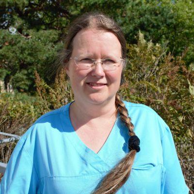 Terveyskeskuslääkäri Päivi Slam työpaikkansa Turun Mäntymäen terveysaseman ulkopuolella.