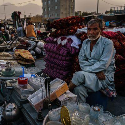 Allt fler afghaner tvingas sälja personliga ägodelar för att kunna försörja sig och sina familjer.