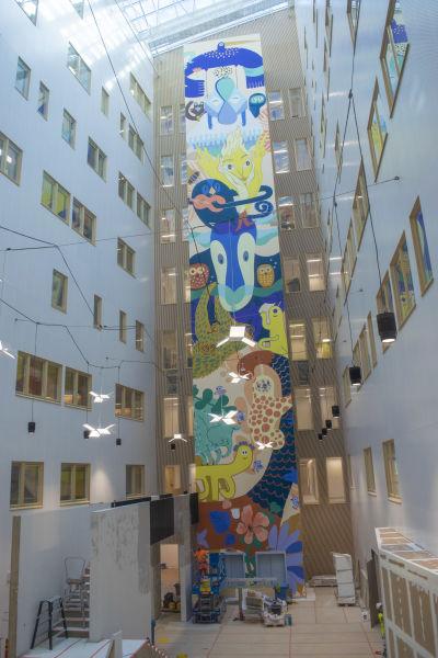 Mural som välkomnar patienter till nya Fyrsjukhuset i Åbo.
