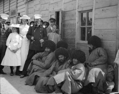 Transkaspiska resan 1902. Stationen i Tjardzjou (Türkmenabat). Turkmener samt stationsinspektor Ahnger med två döttrar.
