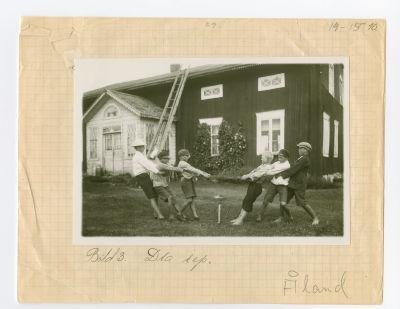 Åländska pojkar drar rep år 1930.
