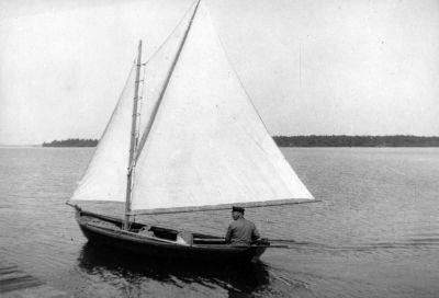 En man seglar i ett foto från 1920-talet