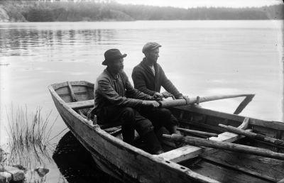 Två roddare i en kyrkbåt, bilden är tagen i början av 1900-talet.