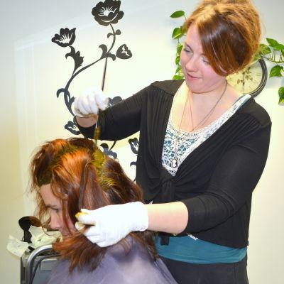 Heidi Stenberg färgar kundens hår med växter och örter.