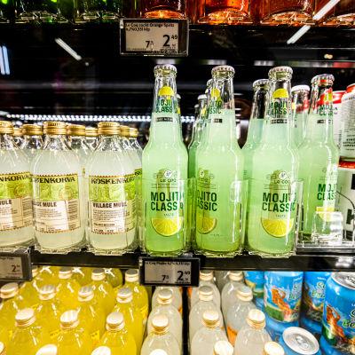 Alkoholipitoisia juomasekoituksia kaupan kylmäkaapissa.