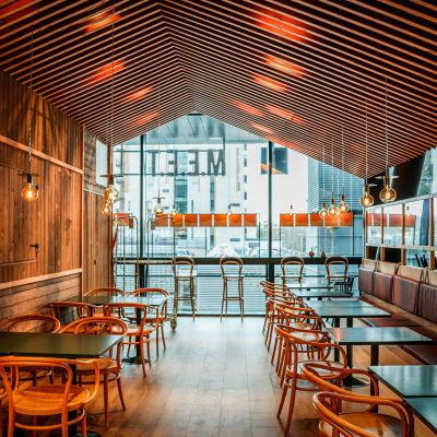 En tom restaurang i samband med coronapandemin 2021.