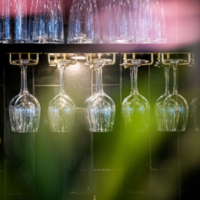 Viinilaseja ravintolassa.