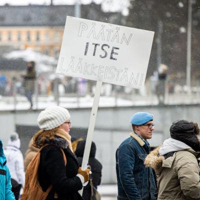 En demonstration av pandemiförnekare i Helsingfors. Våren 2021.