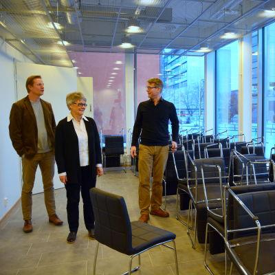 Markus Myllyoja, Barbro Kloo och A-P Toivari inspekterar det nya möblemanget i restaurangen.