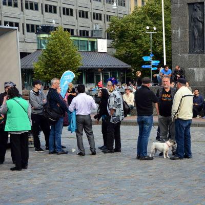 Ungefär 50 personer samlades på torget för evenemnaget Suomi say welcome.