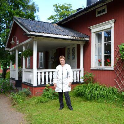 Anita Wiik utanför karaktärshuset på Lurens.