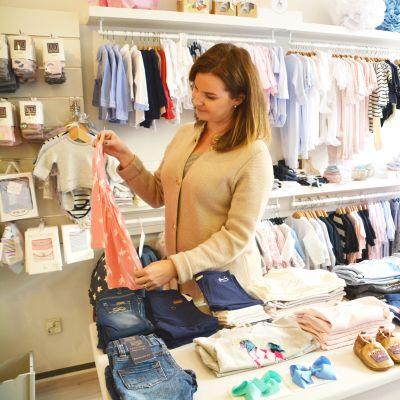 Företagare Sofia Eriksson i sin butik Lykke kids i Borgå.