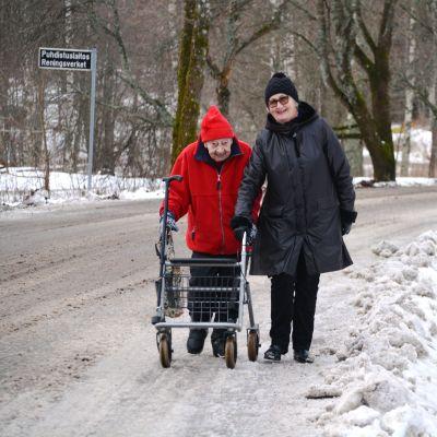 Tyyne Sahlin och Päivi Bärlund ute på promenad i Forsby.