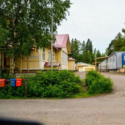 Gammelbacka skola med baracker