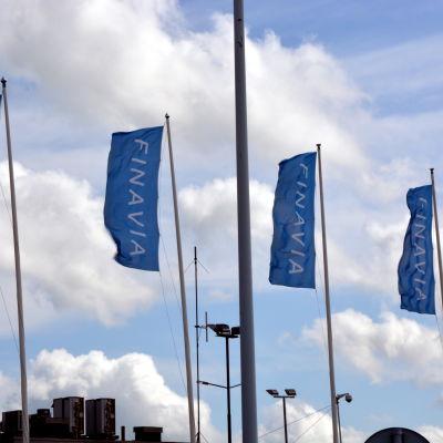 Finavias flaggor på rad.