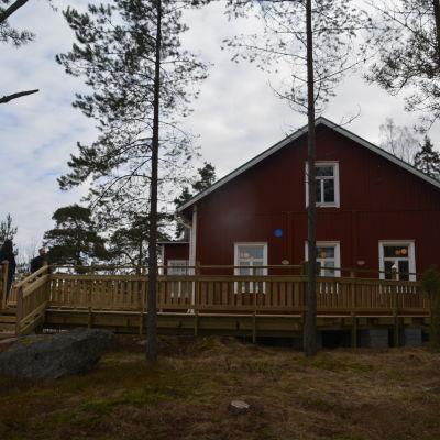 Det röda gamla skolhuset i Källnäsudd.