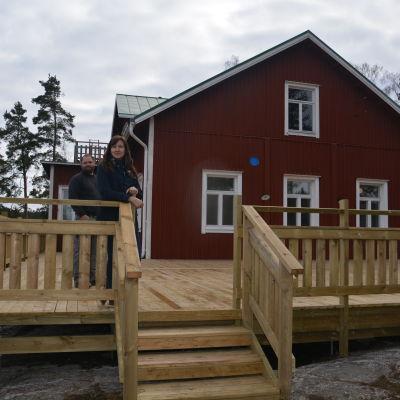 Linda Hellström-Pasanen och Petteri Pasanen vid Källnäsudds gamla skolhus.