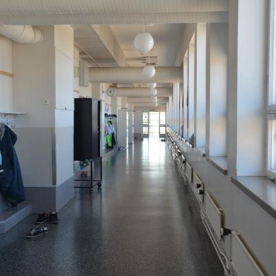En korridor i centralskolan i Hangö.