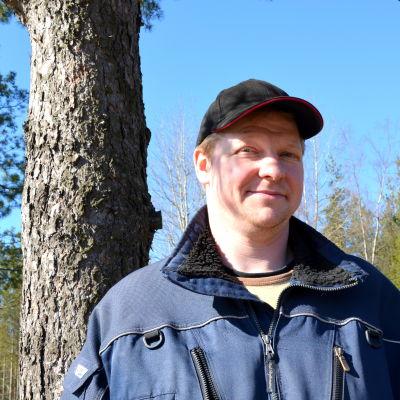 Hans Vikstrand poserar på sin gård.