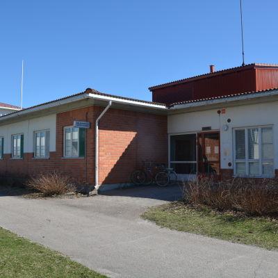 Ingången till hälsostationen i Ingå.