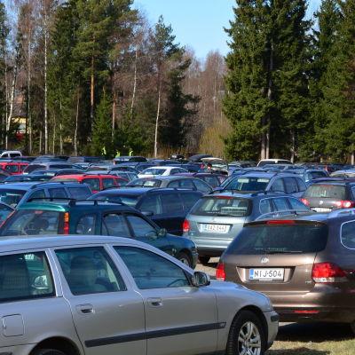 Många bilar på en parkering