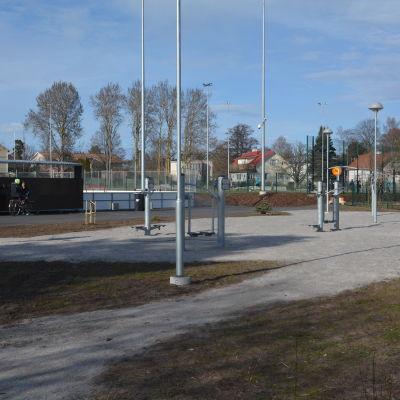 Näridrottsplats med olika stationer i Hangö.