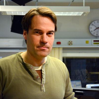 Mikael Nylund vid Boragaregatans skola i Vasa.