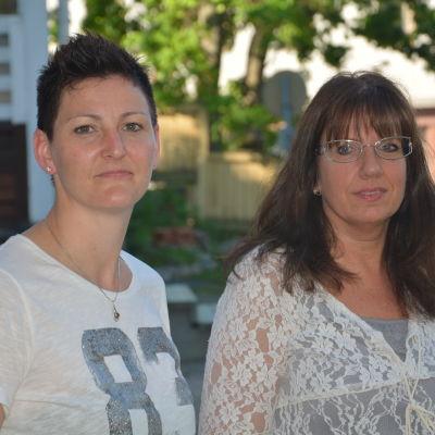 Veera Holmström och Synnöve Lindholm från Tenala-Bromarv företagare ordnar rodd för julbelysning.