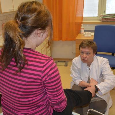Åsa A Westerlund undersöker en fot.