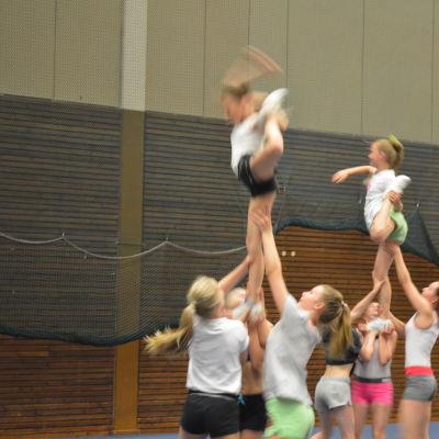 borgåflickor tränar cheerleading
