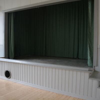 Scen i Pederså ungdomsförenings hus Ljungborg.