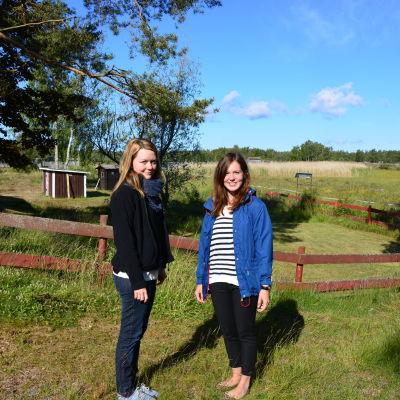 Caroline Enberg & Åsa Backman vid Bodvattnet i Björköby