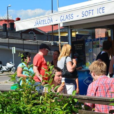 Värmen lockar folk till glasskioskerna