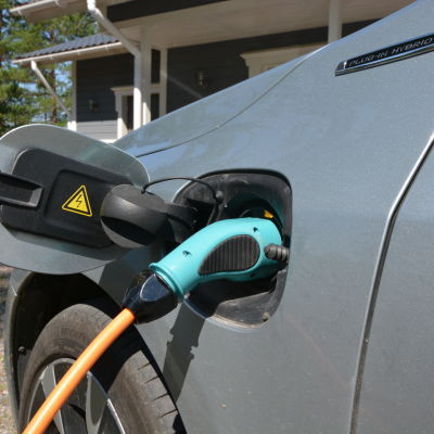En plug-in-hybridbil på laddning