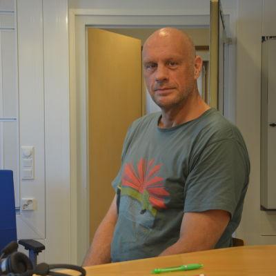 Johan Lönnberg i Yle Västnylands studio.