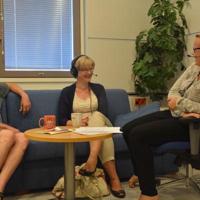 Kennet Lindholm, Ulrica Isaksson och Malin Valtonen i God morgon Västnylands fredagssnack.