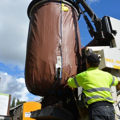Avfallstransportör Glenn Sundberg i färd med att tömma avfallskärl i Dalsbruk.