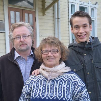 Mikael Moberg, styrelsemedlem, Sonja Eklund, ordföranden, Henrik Wickström, vice ordföranden, i Täkter byaråd i Ingå.