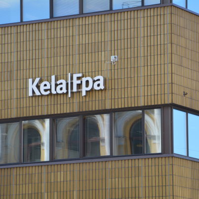 Folkpensionsanstaltens logotyp på Fpa-huset i Åbo