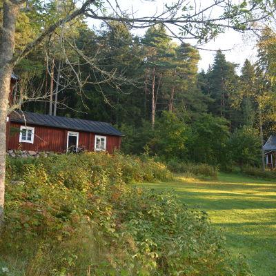 På Museibacken i Sjundeå finns bland annat två stolpbodar, Ryggåsstugan från 1700-talet och Petroffska stugan från 1800-talet.