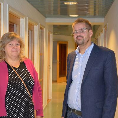 Lisbeth Muurinen som jobbar vid Vanda Stadsbibliotek och Christian Nelson från Vetenskapsbiblioteket Tritonia i Vasa