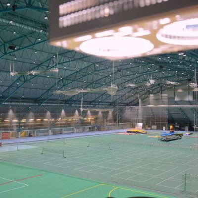Botniahallen i Korsholm badar i ljus.