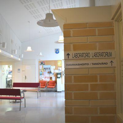 Skylt vid väntrummet på Pojo hälsostation.