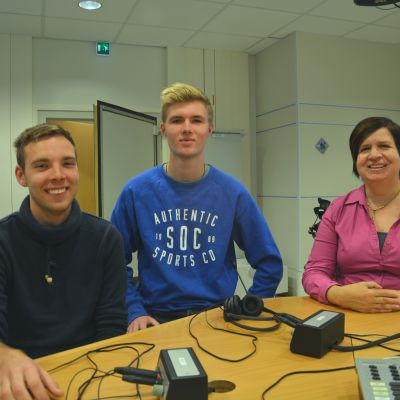 Jim Jormanainen, Dennis Rehn och lärare Åsa Nygård-Lintunen i Yle Västnylands studio.