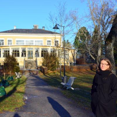 Ruusa Viljanen Rossi vid Sandviksvillan.